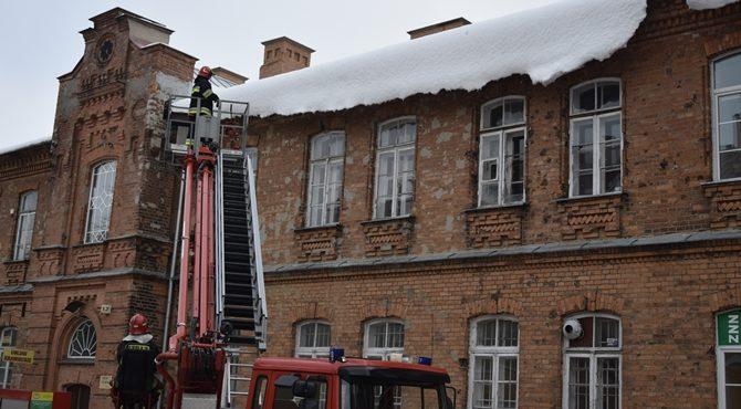 Modlin Twierdza: Strażacy usunęli zwisające sople