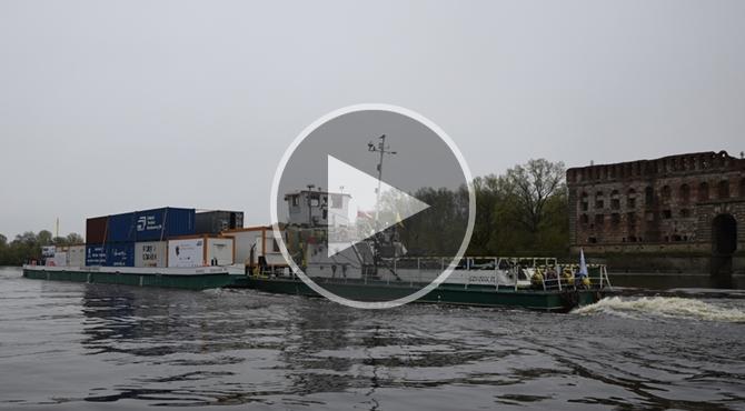 Modlin Twierdza: Barka z kontenerami płynie od Gdańska
