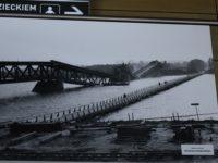Wystawa starych zdjęć Nowego Dworu w terminalu lotniska