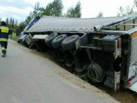 Nasielsk: Samochód ciężarowy przewrócił się do rowu