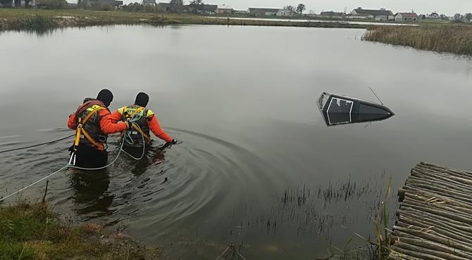 Miękoszyn: Samochód wpadł do stawu