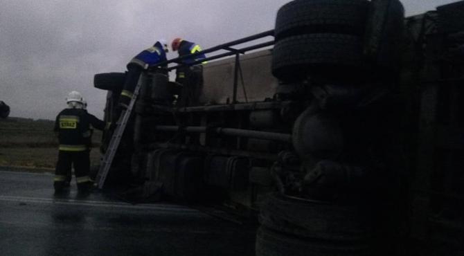 Mochty: Przewrócona ciężarówka blokuje DK62