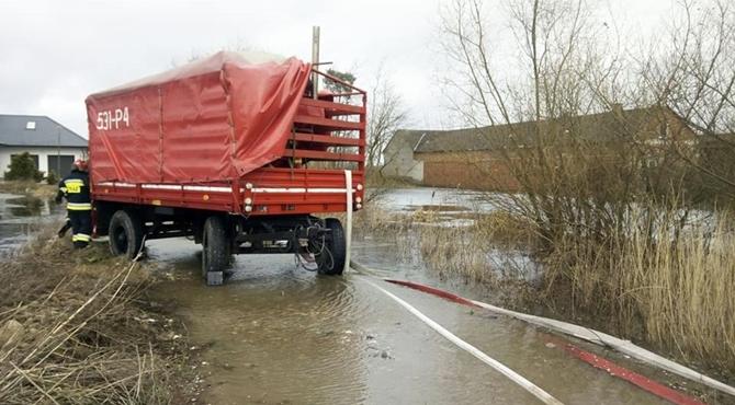 Emolinek: Woda ze stawu zalewa domy